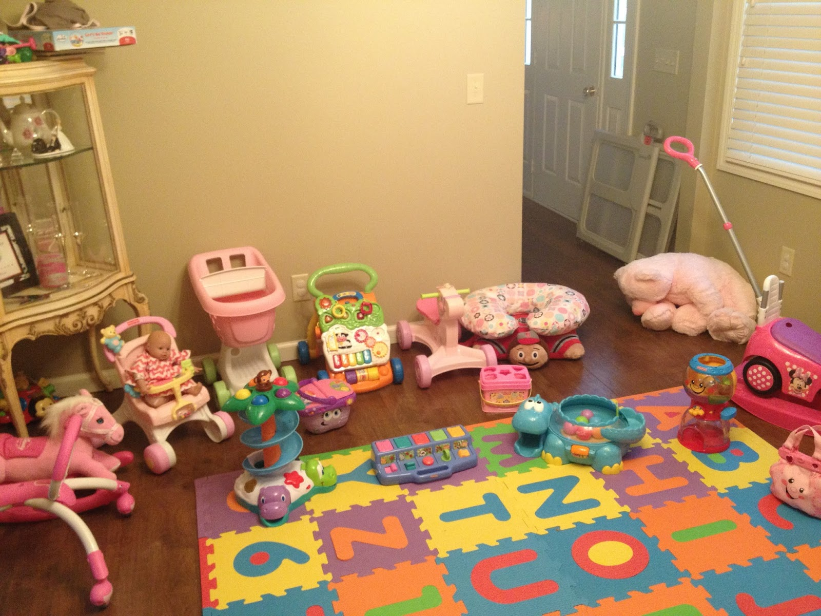 Walkin 39 on sunshine playroom ideas - Idea for a toddler girls room ...