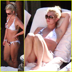 Brittany spears shows her hairy crotch