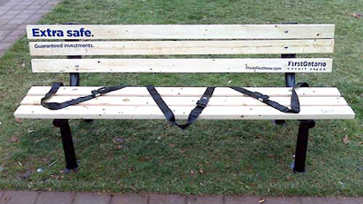 Рекламная скамейка инвестиционной компании Firct Ontario - экстра безопасные инвестиции