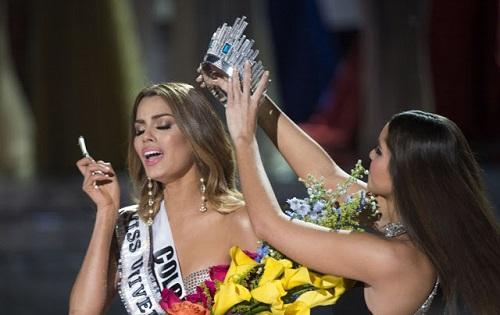 "Ratu Colombia, Ariadna Gutierrez ketika ""dilucutkan"" dari mahkota Miss Universe 2015"