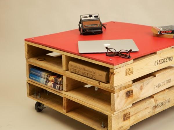 aqu podis ver la mesa de caf construida con 3 palets pequeos apilados y una tabla superior slida de color rojo la mesa tambin incluye 4 ruedas para