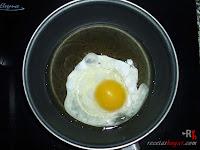 Hamburguesa Juicy Lucy-friendo el huevo