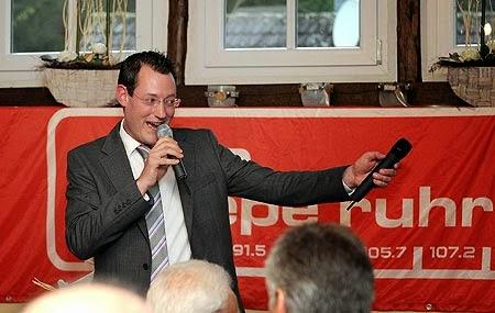 Chefredakteur Tom Hoppe begrüßte beim Empfang am 9. September im Ennepetaler Café Hülsenbecke die Gäste aus Medien, Politik und Gesellschaft zu der Feierstunde anlässlich des Sender-Jubiläums. (Foto: Michael Scheuermann)
