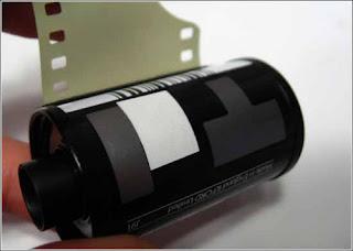 bagian belakang DX kode di roll film kamera analog
