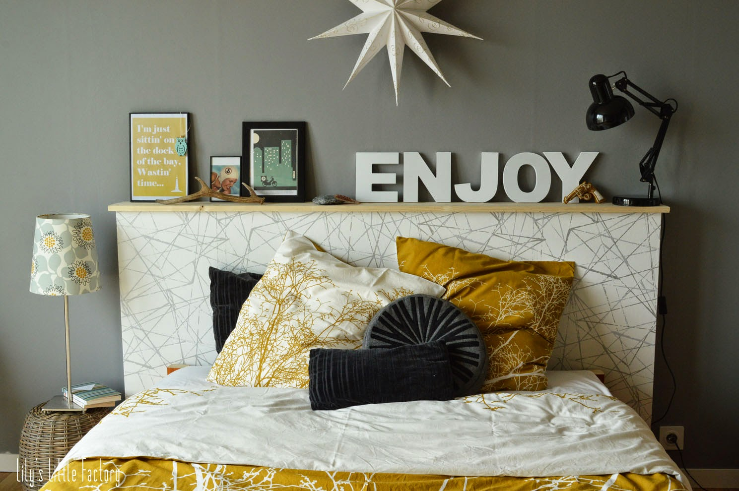 une t te de lit tag re porte photos ambiance d co. Black Bedroom Furniture Sets. Home Design Ideas