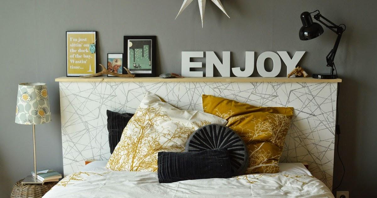 Une t te de lit tag re porte photos ambiance d co jaune et gris lily - Tete de lit art deco ...