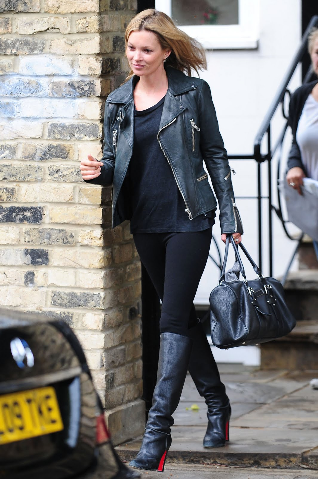 http://1.bp.blogspot.com/-nC34rHOSKwY/TeAcJ_cGNgI/AAAAAAAADSw/CRvS-6bRwb4/s1600/88858_Kate_Moss_out_and_about_in_London_England_May_26_2011_018_122_507lo.jpg