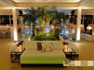 plantas, ilha de sófas, velas, mesa de canto espelhada, Maison Paineiras
