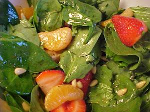 Salade d'épinards, de fraises et de clémentines à la délicieuse vinaigrette