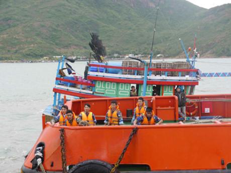 Tàu Cảnh sát biển 9002 cứu tàu cá và 10 ngư dân Quảng Ngãi gặp nạn