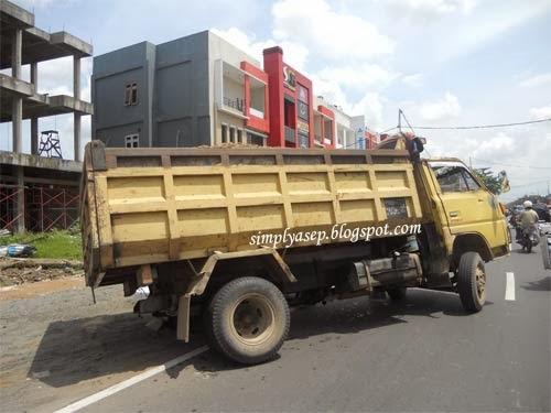 Ini gambar sebuah truk yang bocor bannya