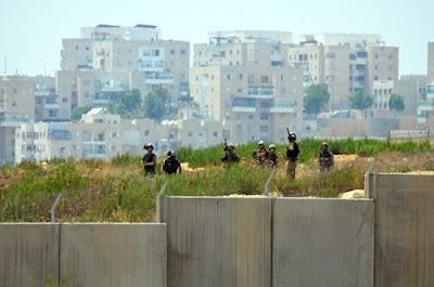 Soldados israelense prontos para atacar palestinos e brasileiros