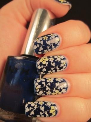 unghii albastru metal cu floricele