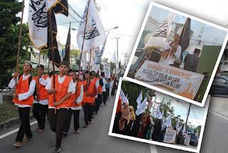 """Sambut Bulan Suci Ramadhan, HTI Palangkaraya Gelar Tarhib - Datangnya bulann suci Ramadhan menjadi momentum  membahagiakan bagi umat Islam.  Sebab, bulan yang digaransi lebih baik dari seribu bulan itu menjadi media bagi umat Islam meningkatkan iman dan taqwa dengan pahala yang berlimpat ganda.   Beragam cara pun dilakukan menyambut bulan suci Ramadhan.  Seperti yang dilakukan Hizbut Tahrir Indonesia Kota Palangkaraya.  Menyambut bulan suci Ramadhan 1436 H, DPD II HTI Kota Palangka Raya menyelenggarakan Tarhib Ramadhan 1436H dengan tema """"Ramadhan Bulan Perjuangan Syariah dan Khlafah"""",  Rabu (10/6/2015)."""