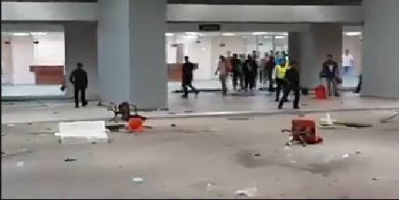 Gambar Penyokong Terengganu Merusuh Di Stadium Sultan Mizan 16 Mei 2015