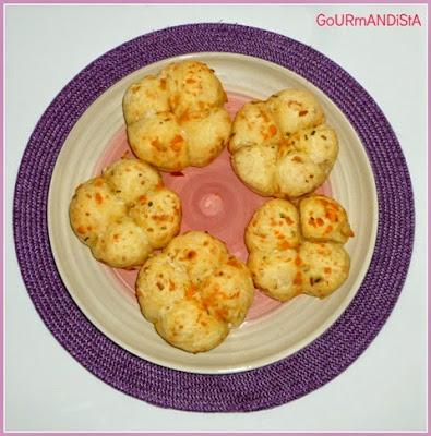 image-Petits pains à partager pour l'apéro : oignon blanc, mimolette, ciboulette