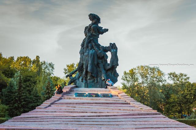 бронзовый памятник в бабьем яру