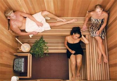 trzy osoby w saunie