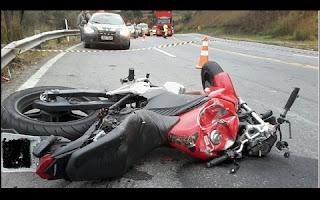 Um motociclista morreu na manhã de quinta-feira (23), em um acidente no km 739 em Santos Dumont.   Luiz Augusto Castanheira das Neves (54) conduzia uma motocicleta Honda , licenciada em Duque de Caxias (RJ), sentido ao Rio de Janeiro quando, em uma curva, perdeu o controle direcional, invadiu a contra mão e acabou batendo de frente em um  Fiesta (Santos Dumont).
