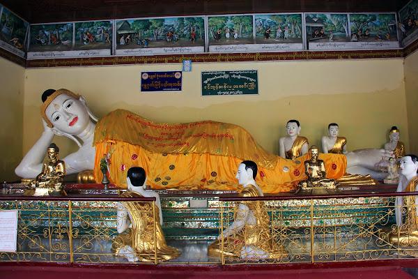 Estatua de buda en el interior de la Pagoda Shwedagon