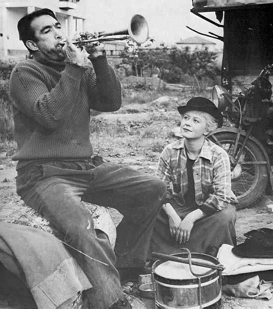 Fotograma de la película La strada de Federico Fellini con Anthony Quinn y Giulietta Masina
