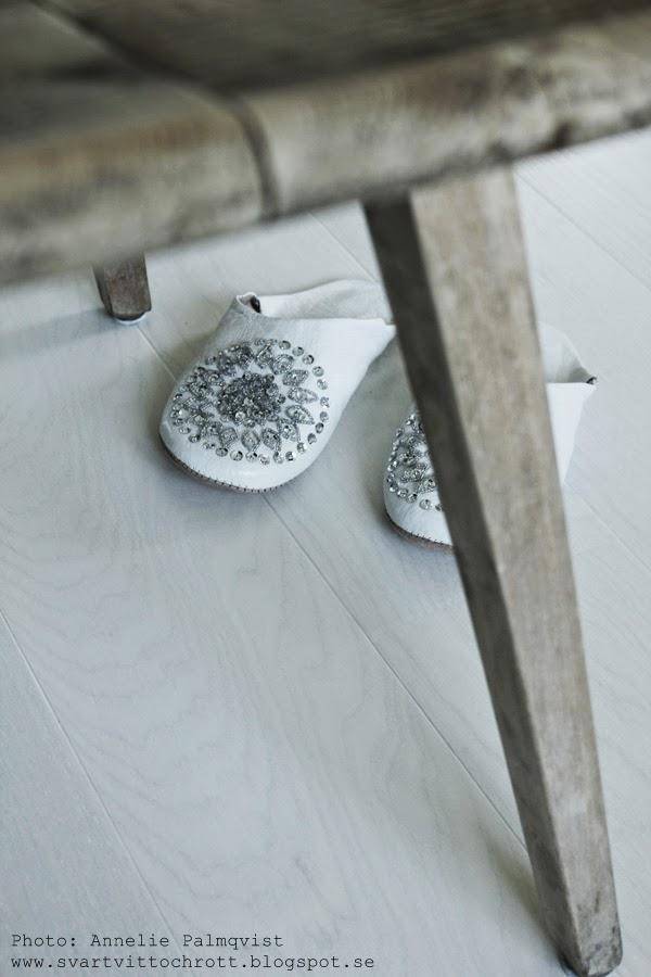 innetofflor, träpall, gammal pall, trä, trärent, vita tofflor med stenar, marockanska tofflor, dekoration med stenar på inneskor,