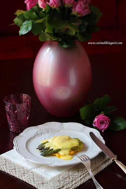 rosti patate uova camicia asparagi al vapore salsa olandese