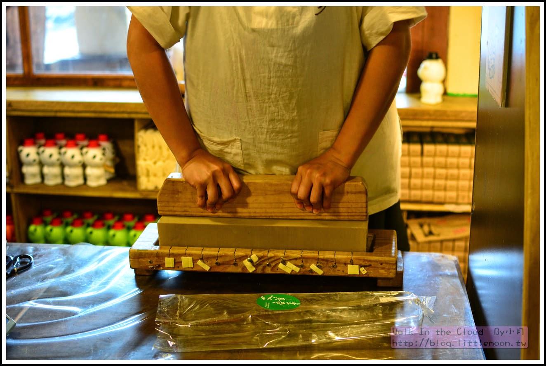 步驟三:將切皂木條平放在皂上雙手用力下壓