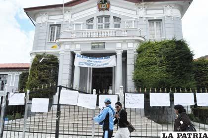 Estudiantes del colegio bol var logran renuncia de for Colegio bolivar y freud