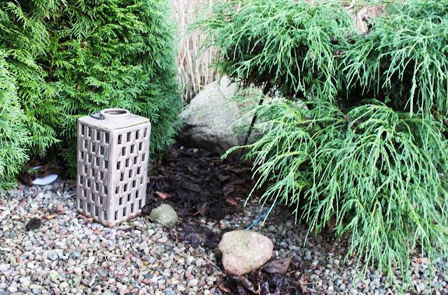 ceramiczna latarenka ogrodowa, żwirek na rabatach, co na abaty, inpiracje rabaty w ogrodzie, zbieramy liście do kompostu, formowane krzewy