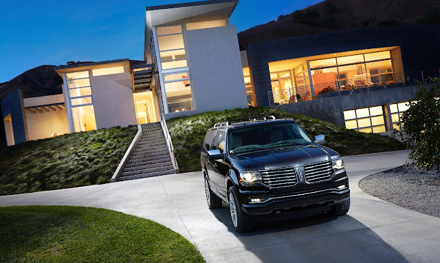 Front 3/4 view of 2015 Lincoln Navigator