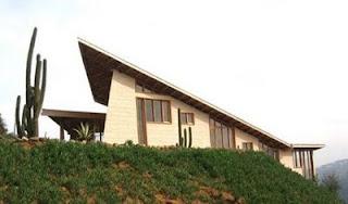 Casa cabaña de montaña hecha de madera con diseño contemporáneo en Chile