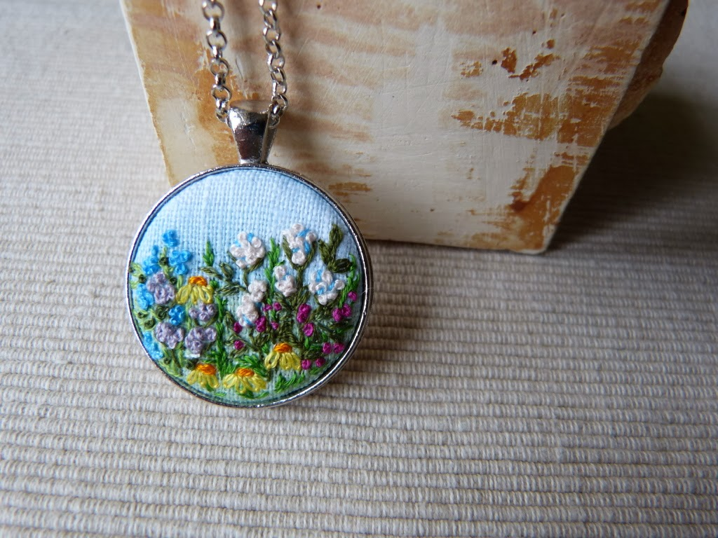haft, embroidered pendant, haftowane kwiaty, haftowany naszyjnik, naszyjnik z haftem, embroidered jewerly, naszyjnik vintage, medalion z haftem, handmade jewerly, embroidered necklace, vintage jewerly, biżuteria retro,