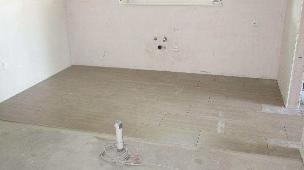 abenteuer traumhaus erste bodenfliesen und sanit r. Black Bedroom Furniture Sets. Home Design Ideas