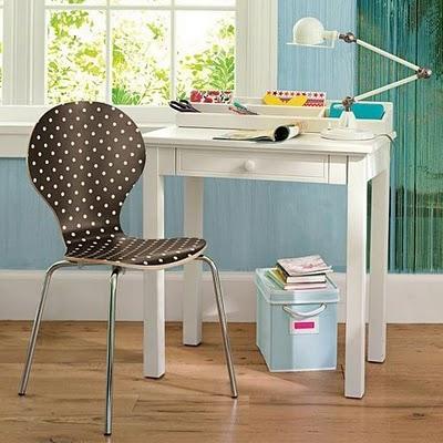 cadeira com  estampa de bolinhas