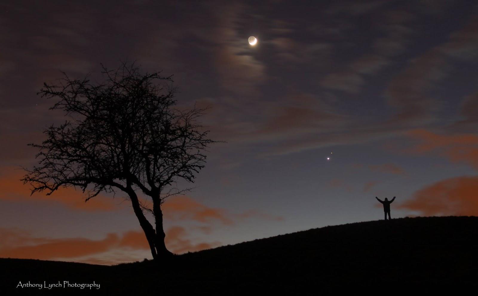 Mặt Trăng cùng hai hành tinh tối ngày 22 tháng 2 năm 2015 ở Ireland. Tác giả : Anthony Lynch.