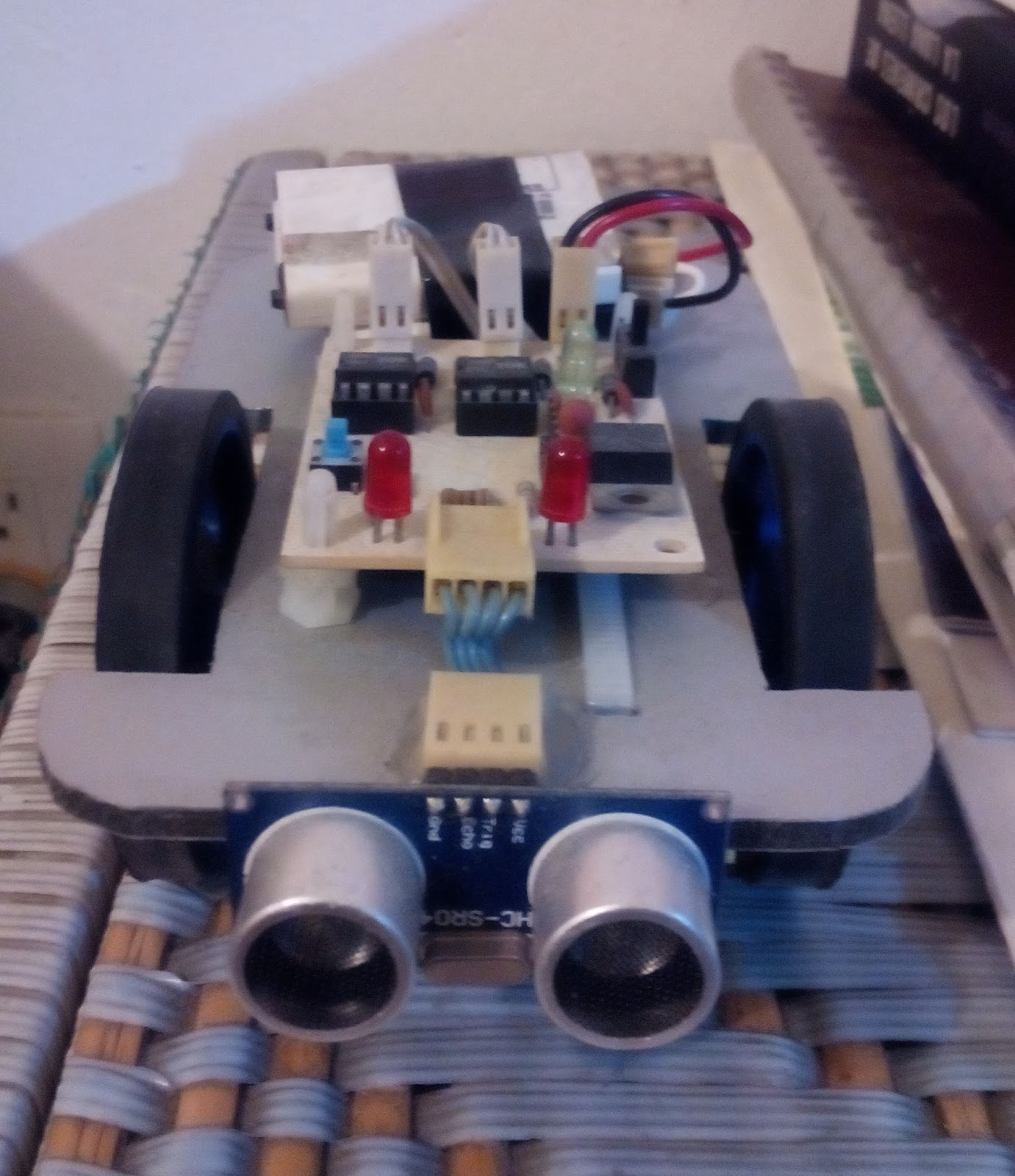 Robot que evita obstáculos v mrchunckuee