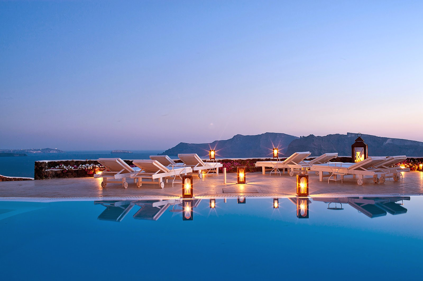 Passion for luxury top 10 most romantic hotels in the world for Boutique hotel oia