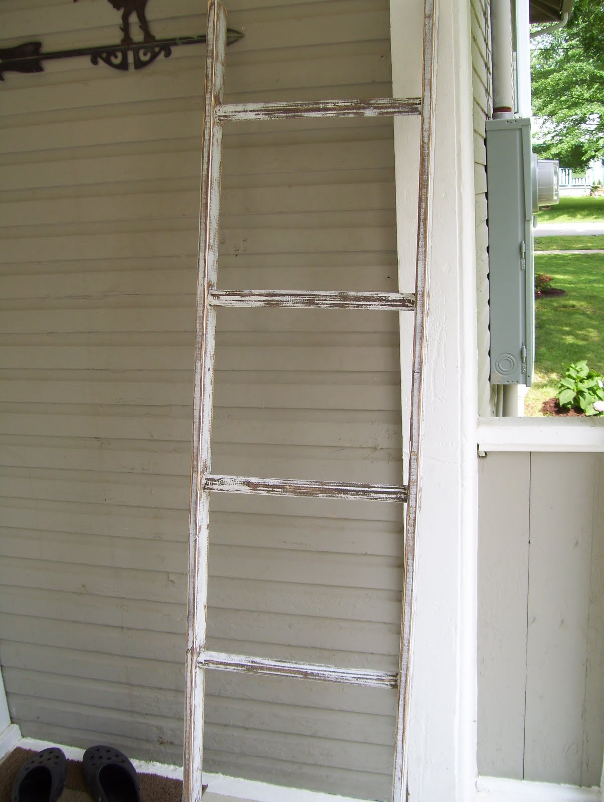 Diy blanket ladders lolly jane for Old wooden ladder projects