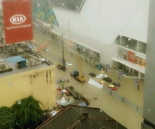 Gambar Johor Bahru lumpuh dilanda banjir kilat di jalan utama