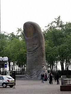 Dedo gigante apontando para o céu (está tudo bem)