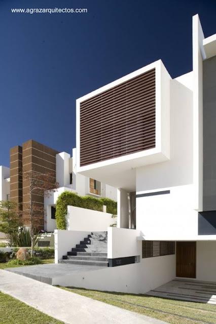 Facahada de casa urbana residencial contemporánea