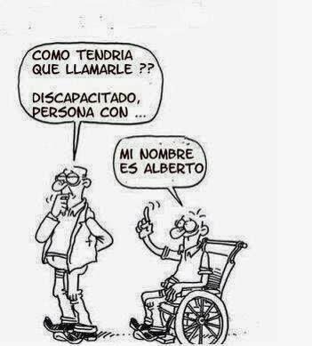En la imagen se ven un hombre de pie y otro usuario de silla de ruedas. El que está de pie dice en actitud reflexiva: ¿Cómo tendría que llamarle? Discapacitado, personas con... La persona usuaria de silla de ruedas le responde: mi nombre es Alberto.