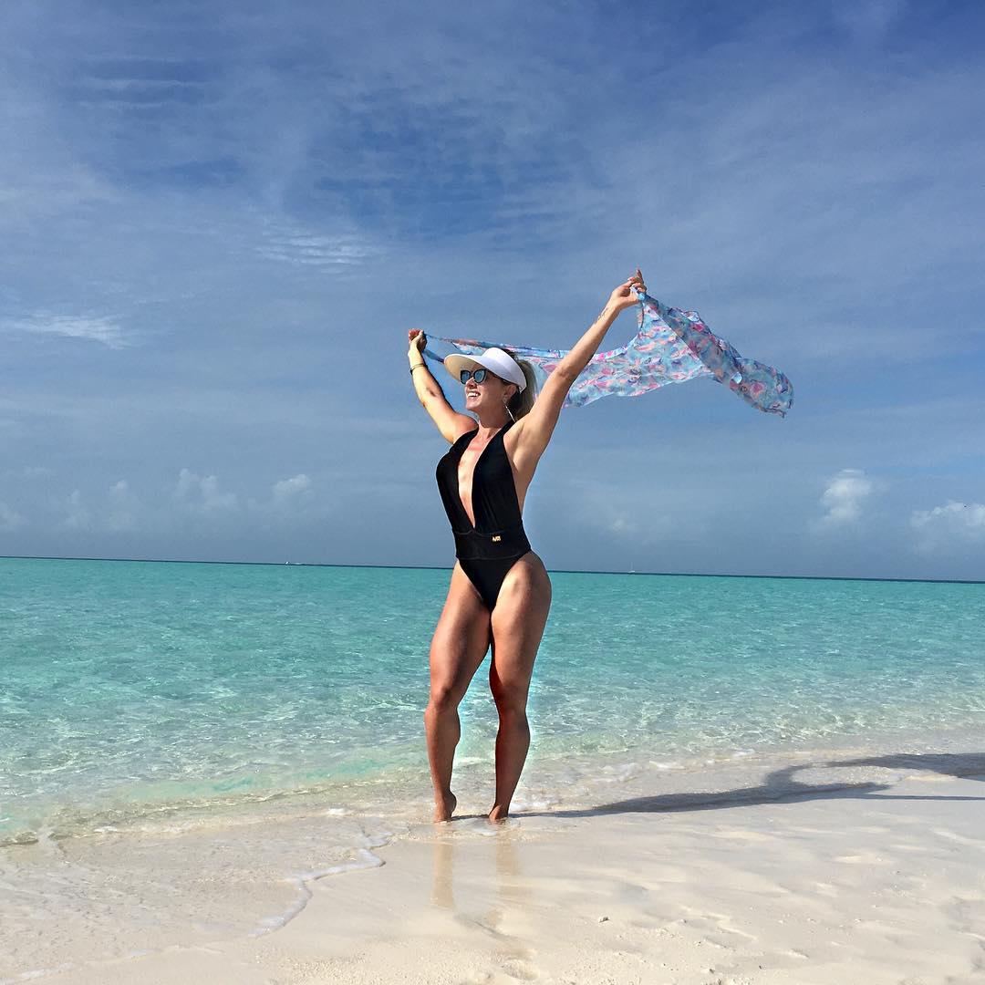 De maiô preto, Juju Salimeni mostra o corpo sarado em praia nas Bahamas. Foto: Arquivo pessoal