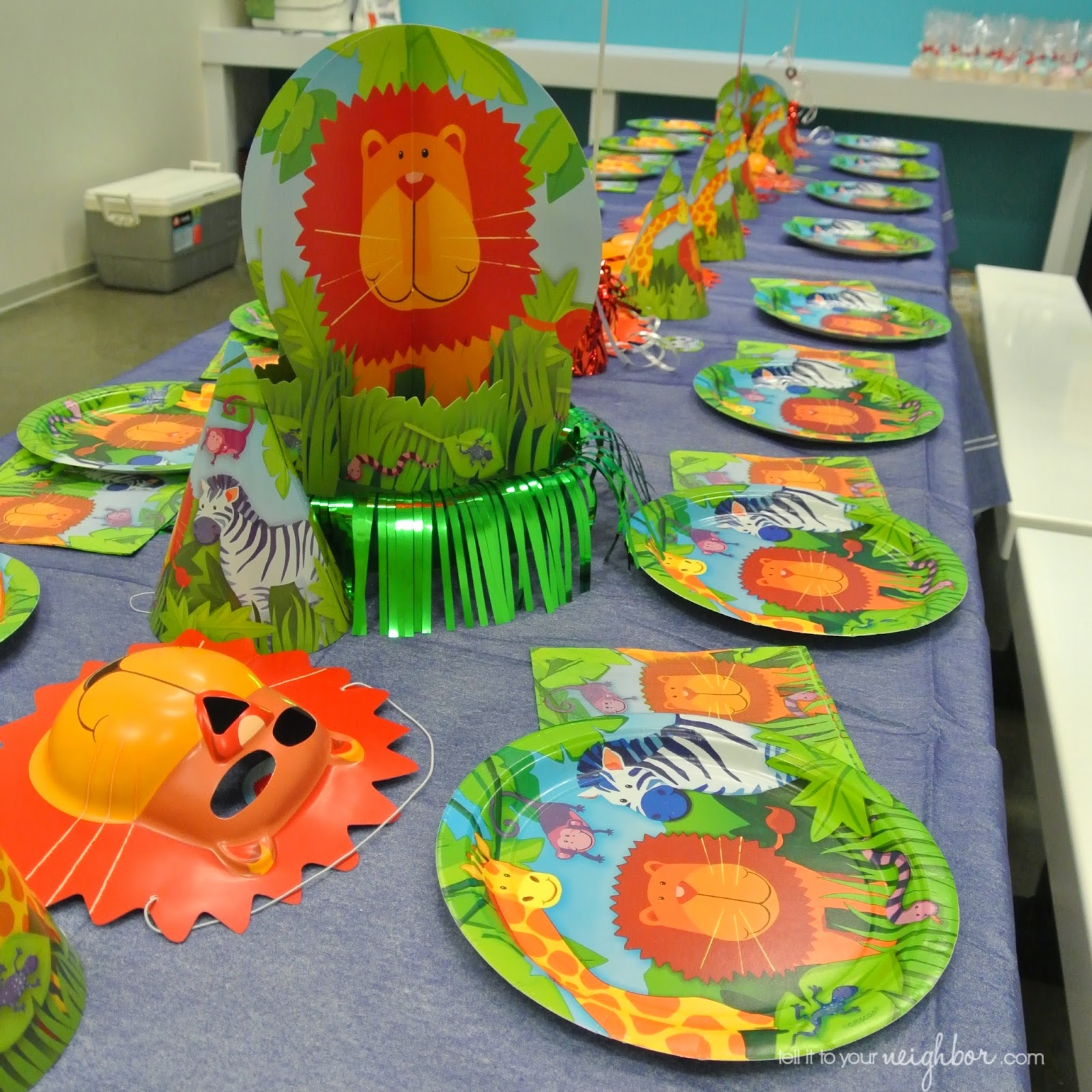 How adorable is her tabletop! Everything was from Party City except the blue  Linen-Look  paper tablecloth was from JCPenney and is no longer available. & tell it to your neighbor!: My Sisteru0027s Big Top Party