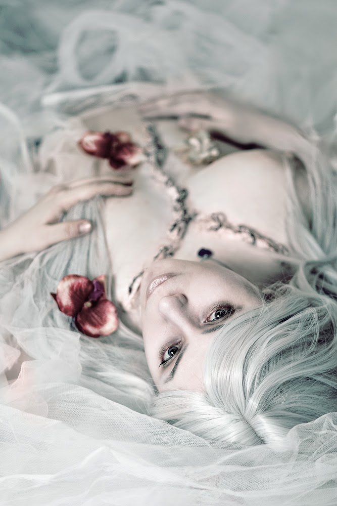 photo de cosplay féminin sexy d'une morte vivante recousue sur son linceul