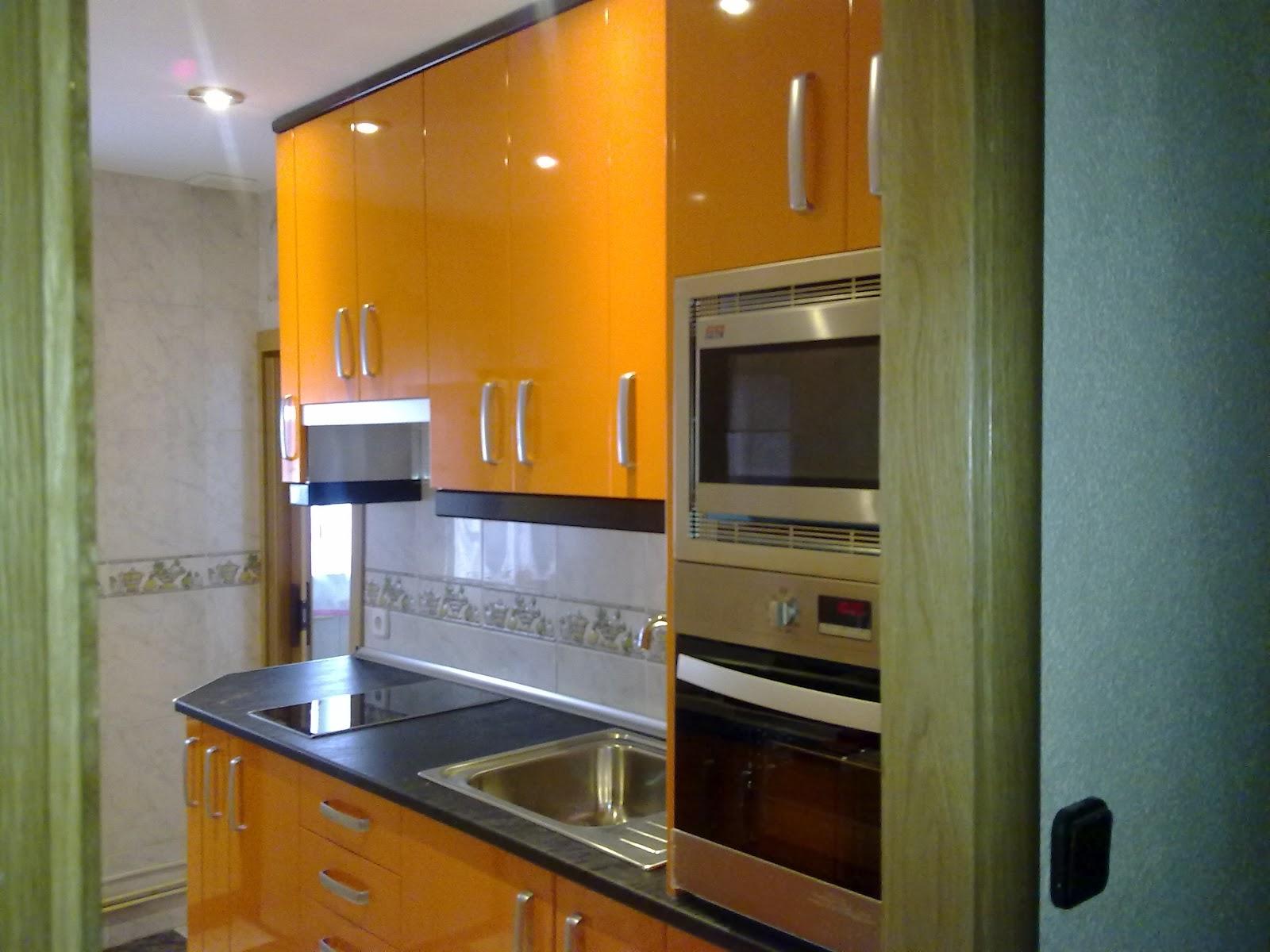 Laminado alto brillo naranja remates y encimera negra - Remates de cocinas ...