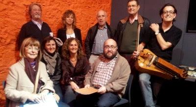 Xurxo Romaní i Xavier Sierra amb alguns dels membres de Reversos Grup Poètic (Fotografia: Aureli Ruiz)