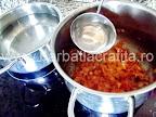 Ciorba de salata verde cu smantana preparare reteta - turnam putina apa fierbinte