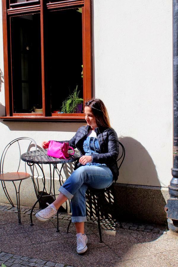 alburnumbybiel stylizacje, t-shirt ogrodniczki torebka h&m, lekka puchowa kurtka stradivarius, trampki converse, stylizaja gdańsk,